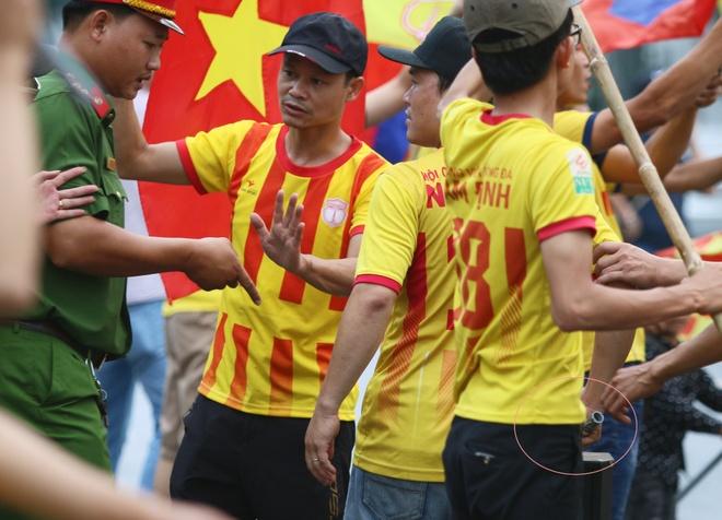 Cong an Can Tho kiem soat CDV Nam Dinh dot phao sang truoc san hinh anh