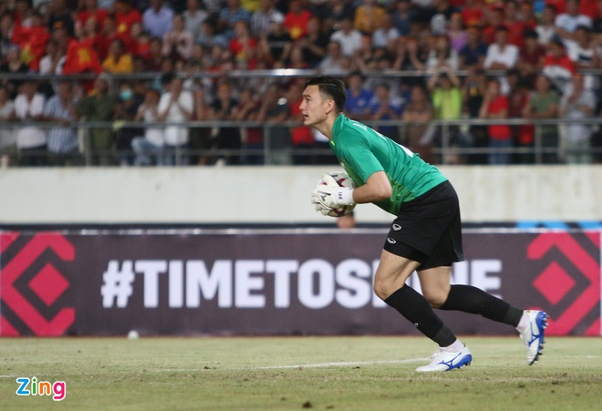 Ban huan luyen 'lam phep' trai bong AFF Cup cho thu mon Dang Van Lam hinh anh 2
