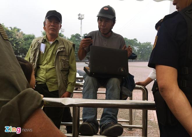 Nguoi ham mo buc xuc vi het ve xem DT Viet Nam dau Malaysia hinh anh 1