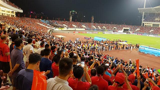 Viet Nam vs Malaysia (0-0, H1): CDV dot phao sang trong san My Dinh hinh anh