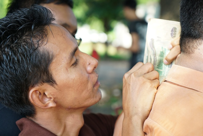 Nguoi dan Myanmar doi nang mua ve xem tran gap tuyen Viet Nam hinh anh