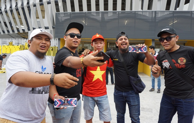 Nguoi Malaysia thong tha, CDV Viet Nam lung mua ve chung ket hinh anh