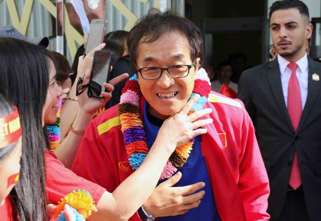 HLV Park Hang-seo duoc chuc mung sinh nhat ngay khi den UAE hinh anh 5