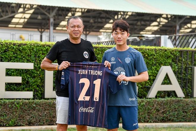 Xuan Truong chinh thuc ra mat Buriram United bang so ao 21 hinh anh 2