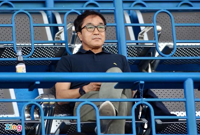 Trợ lý Lee Young-jin sau khi có mặt ở Bình Dương đã lên Gia Lai xem trận HAGL thắng Quảng Ninh. Ảnh:Quang Thịnh.