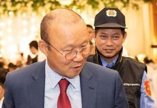 HLV Park tap trung xem tran dau o san Thong Nhat hinh anh