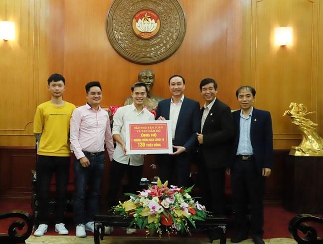 Hình ảnh: Tiền đạo Nguyễn Văn Toàn trao 130 triệu đồng góp phần phòng, chống dịch Covid-19 số 1