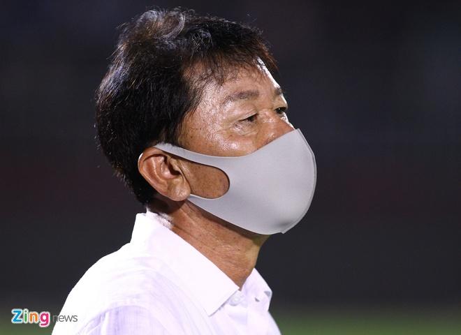 Ông Chung Hae-seong đang làm thủ tục với CLB TP.HCM để đảm nhận vai trò giám đốc kỹ thuật. Ảnh: Quang Thịnh.