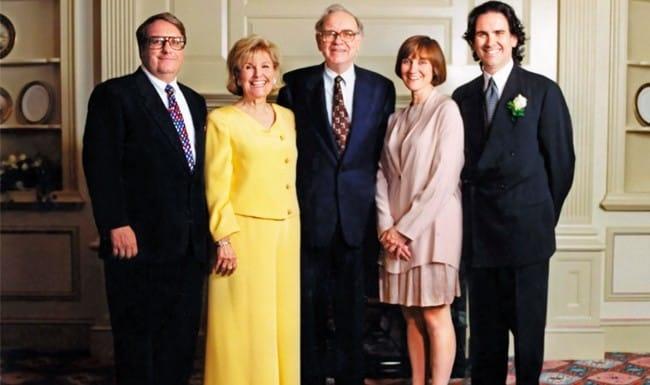 Warren Buffett tang qua anh 4