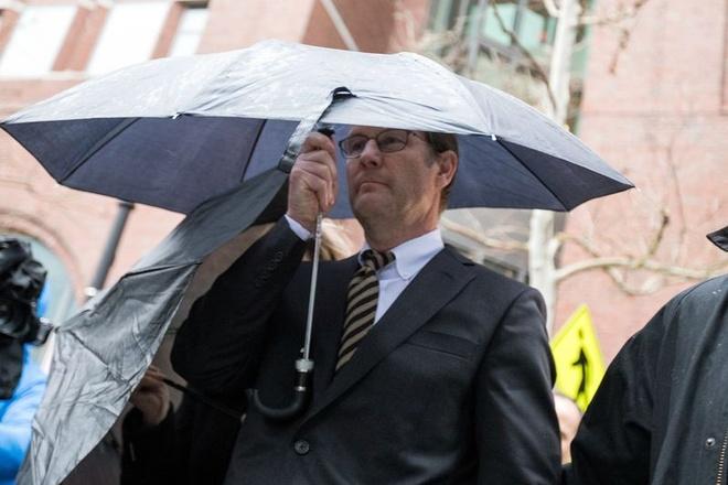 Todd Blake rời khỏi tòa án liên bang ở Boston, Mass. Ảnh: Bloomberg.