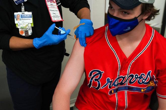 Nhan vien My duoc yeu cau tiem vaccine hoac nghi viec hinh anh
