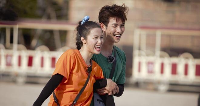Song Luan so bi Dong Nhi tru luong khi choi xe bang ten o Running Man hinh anh