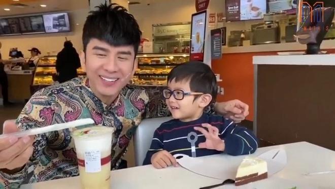 Con trai Dan Truong hat mung sinh nhat cha hinh anh