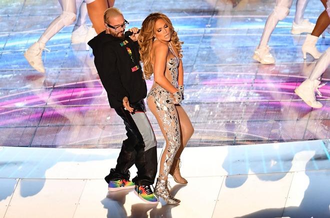 Shakira va Jennifer Lopez bi chi trich mac qua ho, bieu dien goi duc hinh anh 3 48.jpg