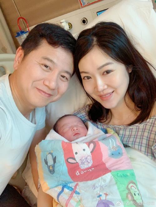 hoa hau hong kong 2005 sinh con anh 1
