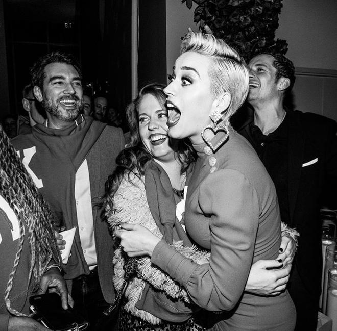 Katy Perry duoc ban trai cau hon hinh anh 3 3.jpg