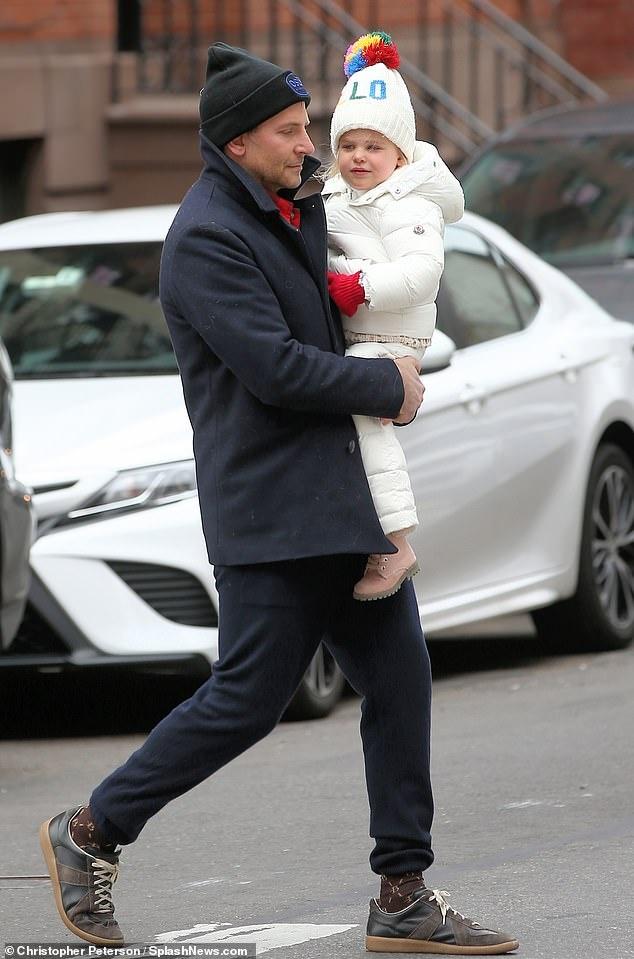 Bradley Cooper chia thoi gian cham con voi Irina Shayk hinh anh 1 1.jpg