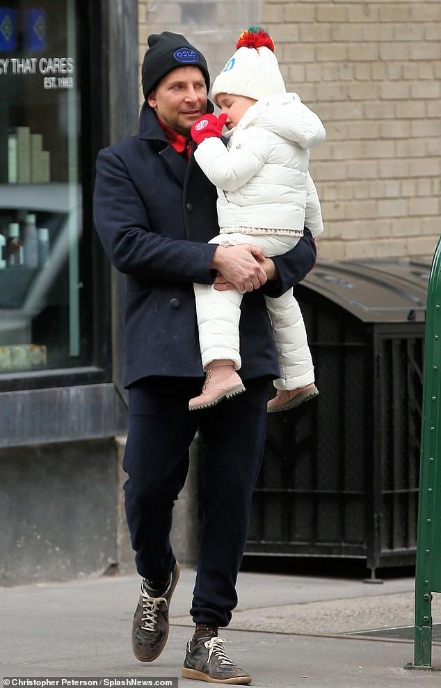Bradley Cooper chia thoi gian cham con voi Irina Shayk hinh anh 2 3.jpg