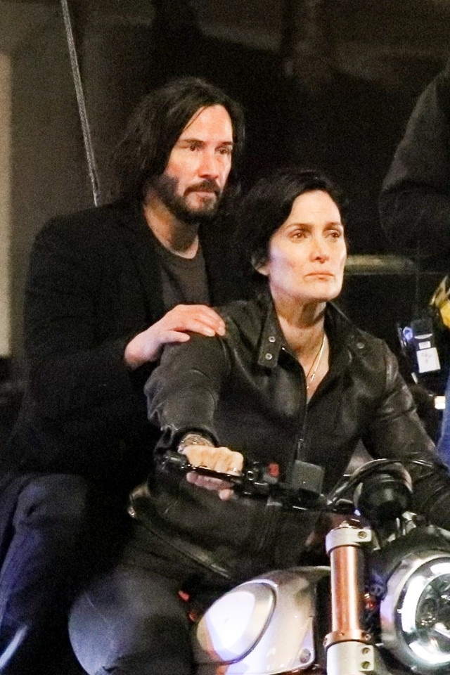 Keanu Reeves va Carrie-Anne Moss di xe may quay 'The Matrix' 4 hinh anh 2 1_1.jpg