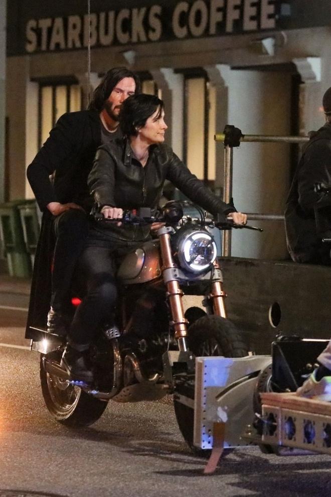 Keanu Reeves va Carrie-Anne Moss di xe may quay 'The Matrix' 4 hinh anh 3 3_1.jpg