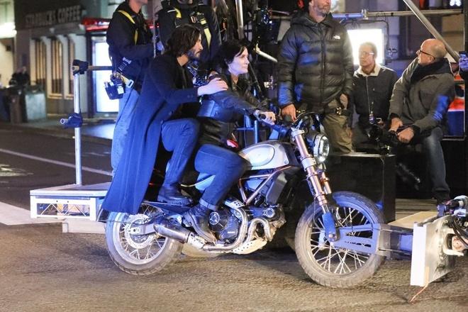 Keanu Reeves va Carrie-Anne Moss di xe may quay 'The Matrix' 4 hinh anh 1 4_1.jpg