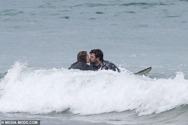 Liam Hemsworth hon ban gai giua bien hinh anh 3 1.jpg