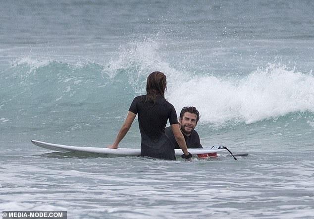 Liam Hemsworth hon ban gai giua bien hinh anh 2 4.jpg