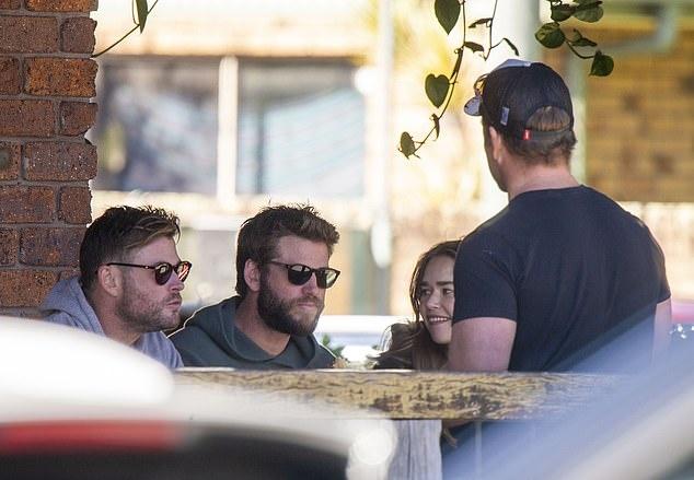ban gai Liam Hemsworth anh 1