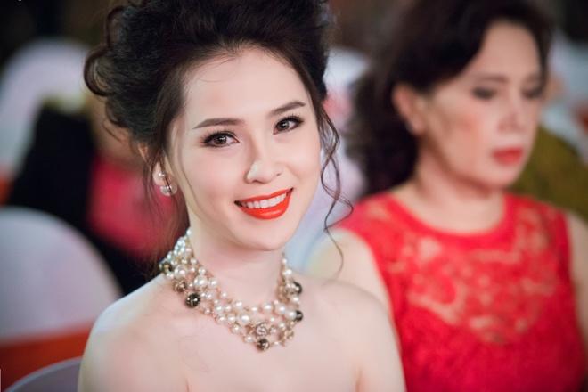 Thai Nhu Ngoc dien dam cup nguc sexy giua troi dong Ha Noi hinh anh