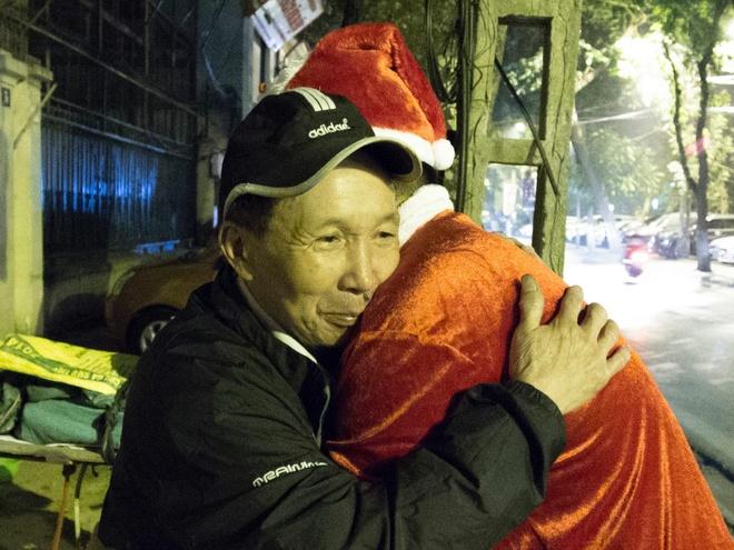 'Ong gia Noel' lan loi dem hom tang qua cho nguoi vo gia cu hinh anh
