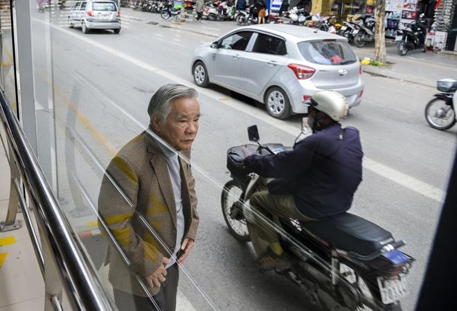 Hanh khach lung tung tim loi ra vao nha cho buyt nhanh BRT hinh anh