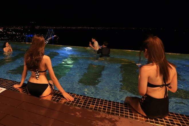 Mac bikini o be boi xem phao hoa cua Phap tai Da Nang hinh anh