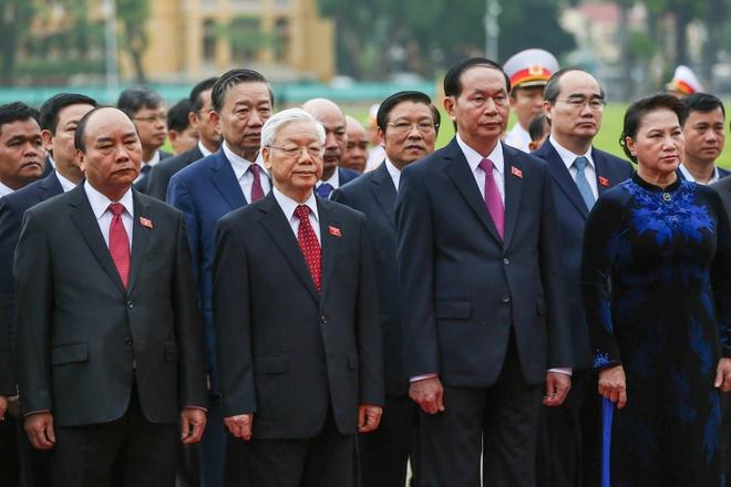 Dai bieu Quoc hoi vieng Chu tich Ho Chi Minh hinh anh