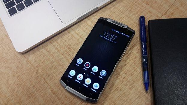 Smartphone OUVI 10000: Pin dung trong mot tuan hinh anh 1