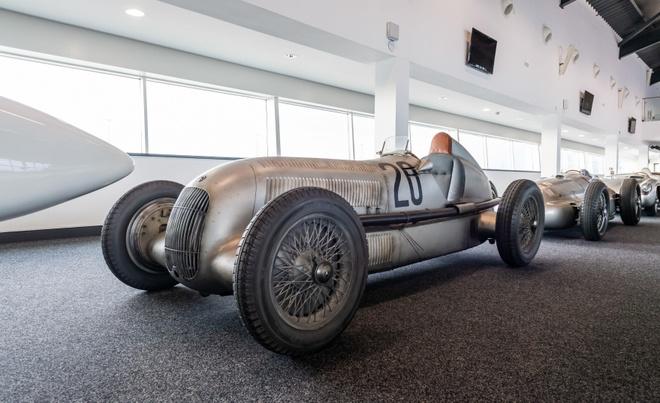 Chiec xe dua Mercedes-Benz tung khien 83 nguoi thiet mang hinh anh 3