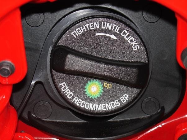 Tôi phải vặn nắp bình xăng ôtô như thế nào cho đúng? - Lái xe