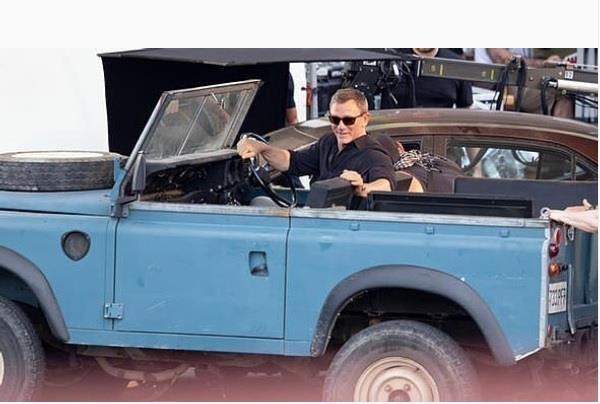 Fan nga ngua voi 'sieu xe' moi cua James Bond 007 hinh anh 2