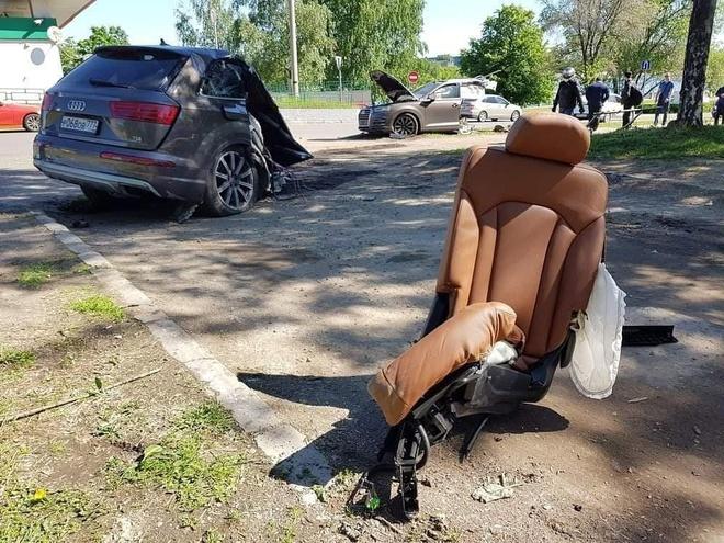 Audi Q7 dam vao cot den, than xe dut lam doi hinh anh 3
