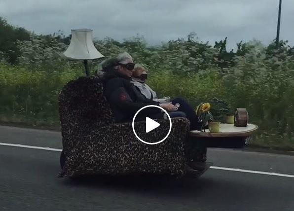 Cặp vợ chồng già lái xe giống hệt ghế salon ra đường