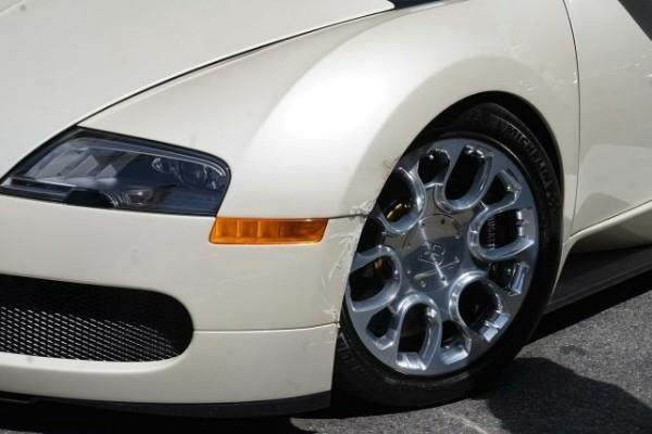 Va cham nhe voi Honda CR-V, chu xe Bugatti moi tinh mat 200.000 USD hinh anh 2
