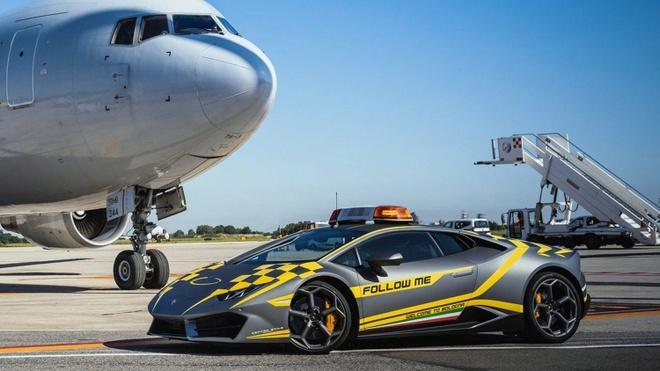 Sân bay Italy dùng siêu xe làm phương tiện dẫn đường cho máy bay