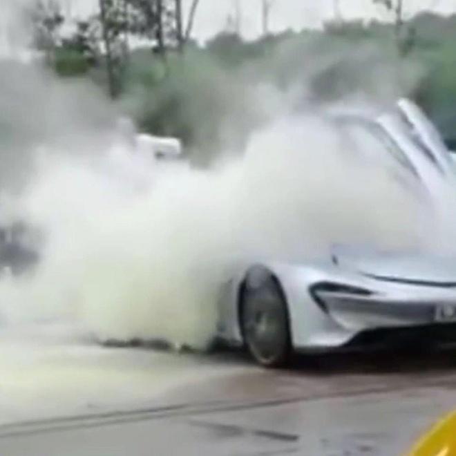 Siêu xe 2,3 triệu USD bốc khói nghi ngút ở trạm xăng khi chạy thử