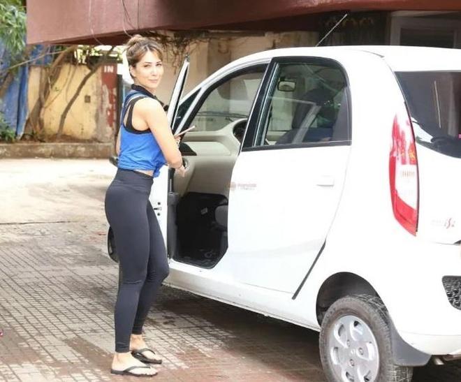 sao nu Bollywood dung xe gi anh 1