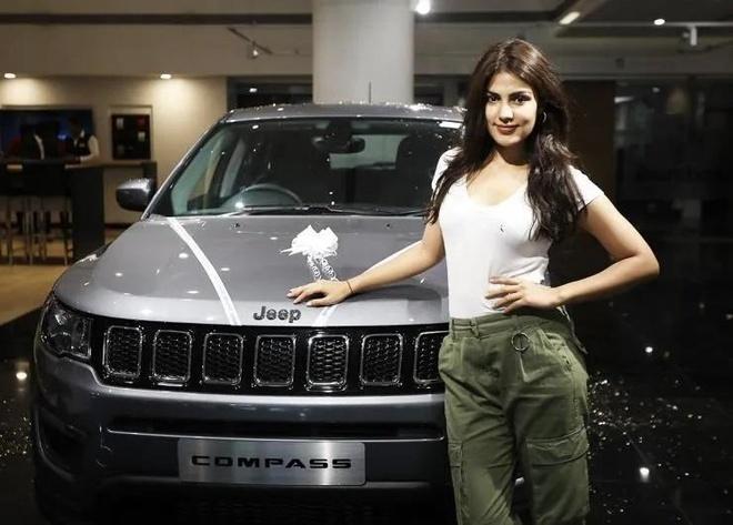 sao nu Bollywood dung xe gi anh 7