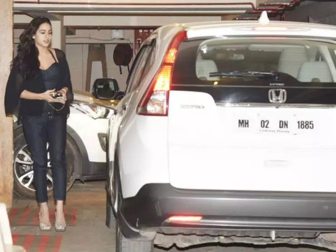 sao nu Bollywood dung xe gi anh 2