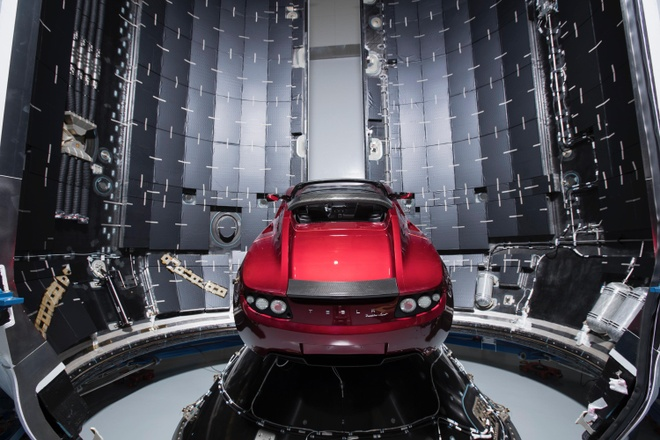 Tesla Roadster quay mot vong quanh Mat Troi anh 1
