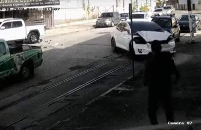 Tesla Model X 'bi ma am', tu tang toc dam loan xa hinh anh 1
