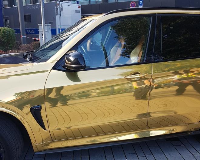 BMW X5 M dat vang bi canh sat chan lai vi qua dep hinh anh 1