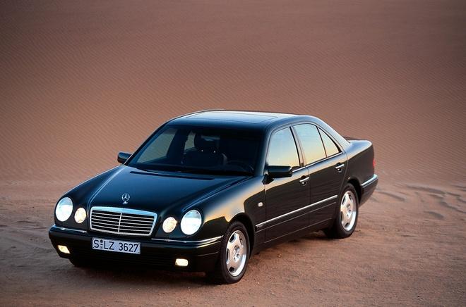 Ca 100 nam qua, Mercedes don luc phat trien cong nghe den pha oto hinh anh 2 1995-Mercedes-E-Class-1.jpg