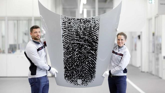 In dau van tay len nap capo Porsche 911, chu xe ton 8.100 USD hinh anh 2 porsche_911_with_fingerprint_3_.jpg
